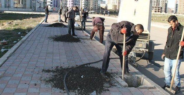 Diyarbakır Valiliği'ne göre belediyelerin yol ve kaldırım yapması 'kanunsuz eylem'