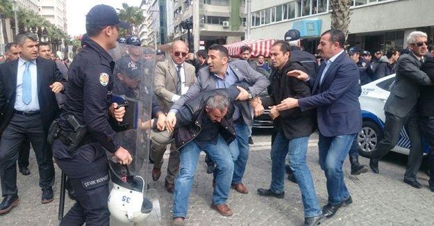 İzmir'de Davutoğlu'na protesto