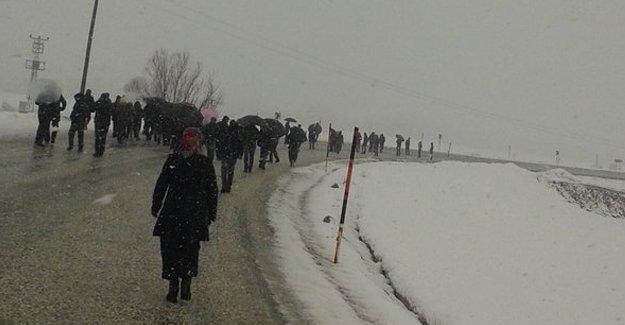 Jandarma, Yüksekova'ya yürüyen köylülere saldırdı: 2 yaralı