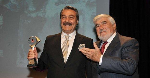 Kadir İnanır'ın Onur Ödülü aldığı törende 'Kürdistan'a özgürlük' pankartı açıldı