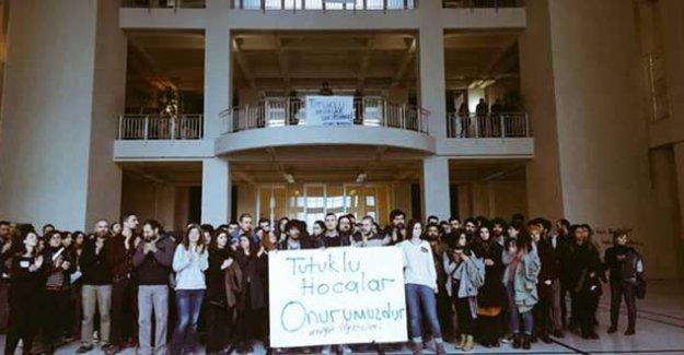 Öğrenciler, tutuklu akademisyenlerin derslerini devam ettirdi