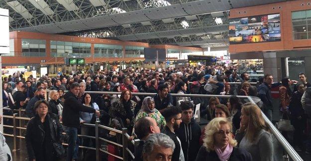 Pasaport sistemi bozuldu, binlerce yolcu mahsur
