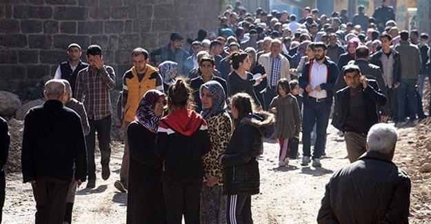 Sur'da polis ablukası sürüyor