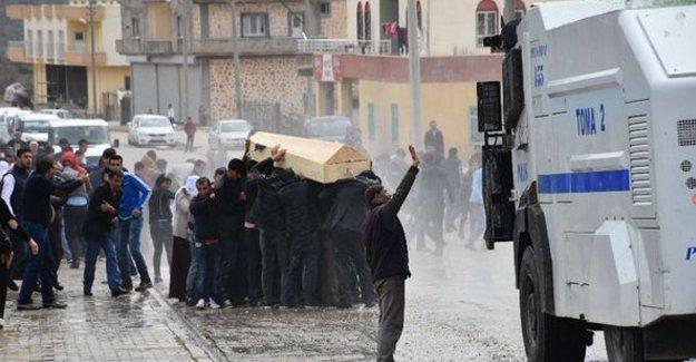 Sur'da yaşamını yitiren Dilber Bozkurt'un cenaze törenine saldırı