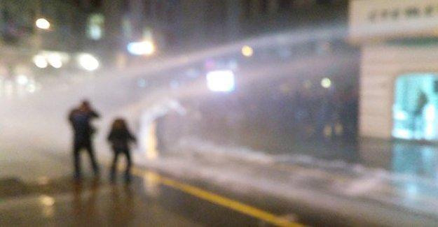 Taksim'de Ankara saldırısını protesto edenlere polis saldırdı