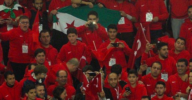 Türkiye-İsveç maçı: Tribünde ÖSO bayrağı!