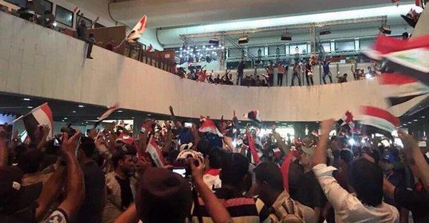 Bağdat'ta protestocular Parlamento binasını işgal etti