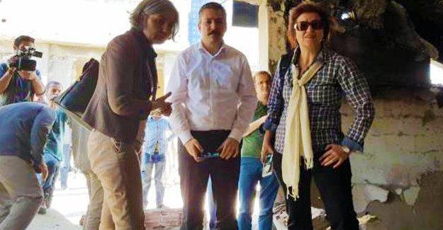 Cizre'ye dayanışma heyeti gitti, polis gönüllü gençleri kentten çıkardı