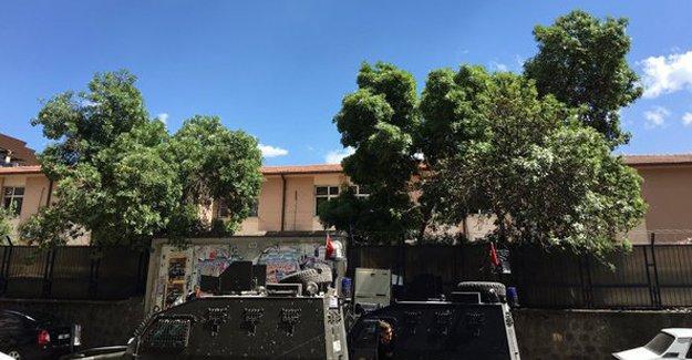 Diyarbakır'da askeri binanın çatısında patlama