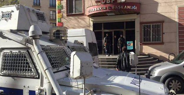 Diyarbakır'da DBP'ye yine operasyon: İl ve ilçe eşbaşkanları gözaltına alındı