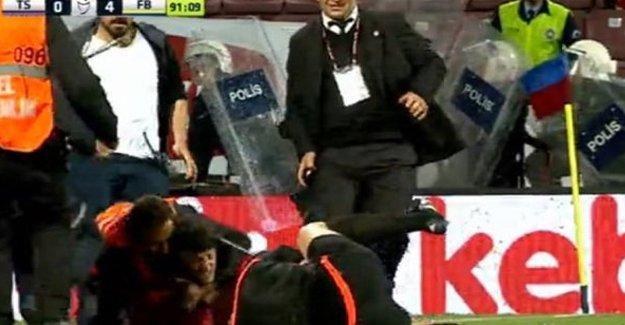 Fenerbahçe maçında sahaya giren Trabzonspor taraftarları hakemlere saldırdı