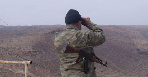 Kimlik kontrolü yapan PKK'liler ile korucular arasında çatışma