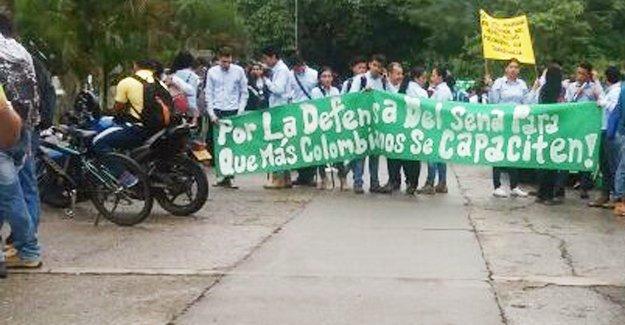 Kolombiya'da öğrenciler bir kez daha ayakta