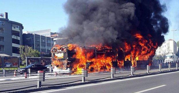 Metrobüs yandı