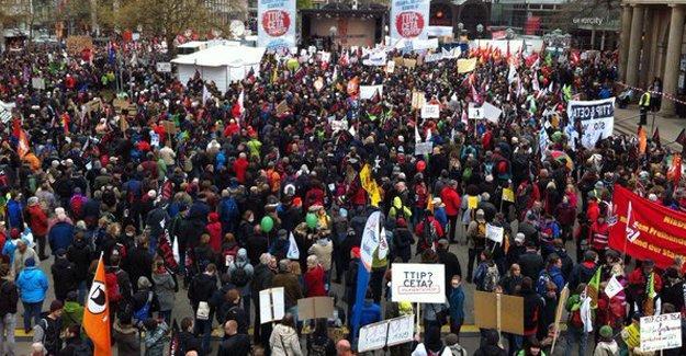 Obama'nın ziyareti öncesi Almanya'da on binler sokağa döküldü
