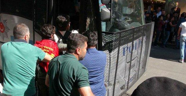 Taksim'de Grup Yorum'u dinlemeye gelenlere polis saldırısı
