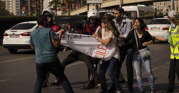 Binali Yıldırım İzmir'de protesto edildi