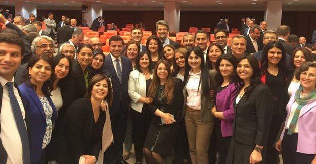 HDP'den 'dokunulmazlık' fotoğrafı: '#SarayaBoyunEğme'
