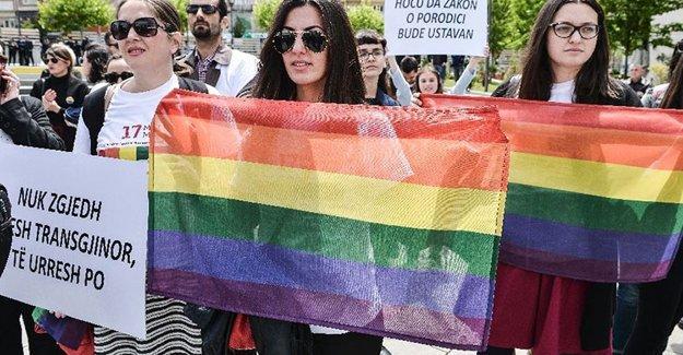 Kosova'nın ilk LGBTİ onur yürüyüşüne Cumhurbaşkanı da katıldı
