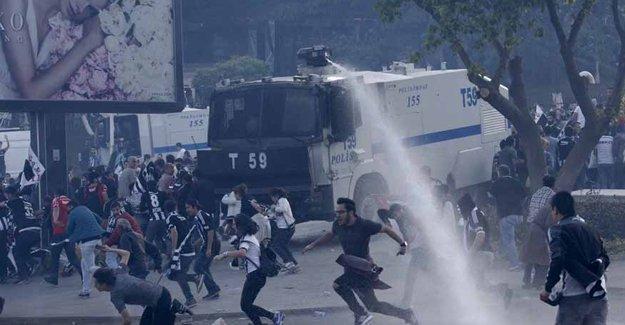 Şampiyon Beşiktaş'ın taraftarlarına polis saldırısı