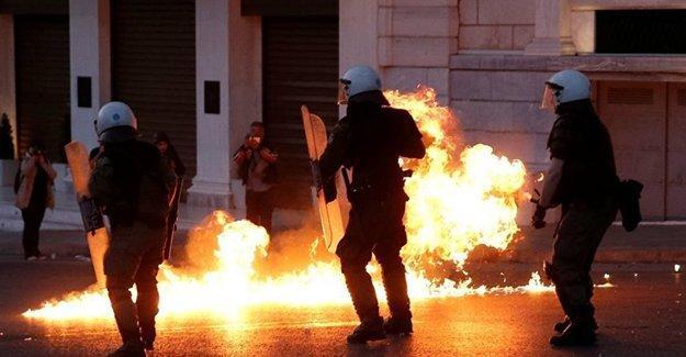 Yunanistan'da binler 'kemer sıkma' önlemlerine karşı sokaklara çıktı