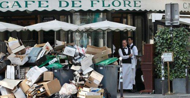 Fransa'da grevler sürüyor: Euro 2016 öncesi Paris'te çöpler toplanmıyor