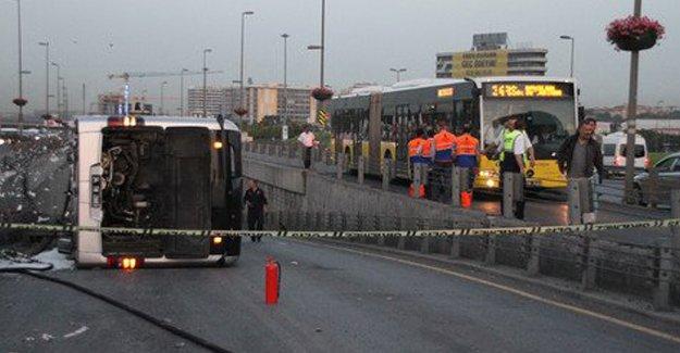 Metrobüs devrildi: 10 yaralı