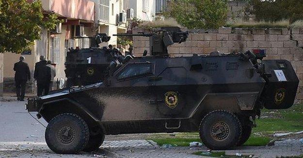 Van Gevaş'ta zırhlı polis aracının geçişi sırasında patlama