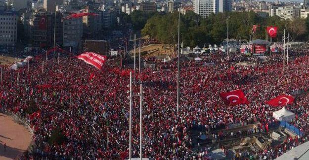 Taksim'de 'Cumhuriyet ve Demokrasi' mitingi