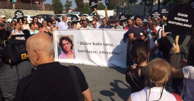Aslı Erdoğan için 'Özgürlük nöbeti' başladı