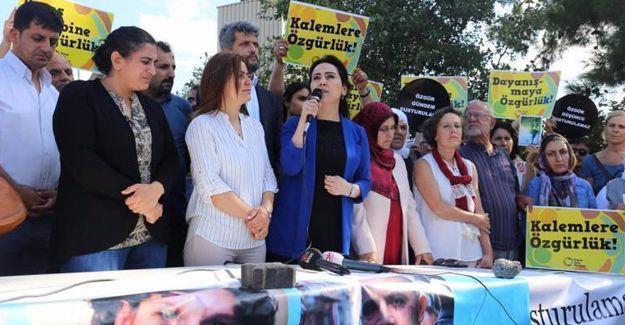 """Aslı Erdoğan için Özgürlük Nöbeti: """"Taş duvarlar bizi ayıramayacak"""""""