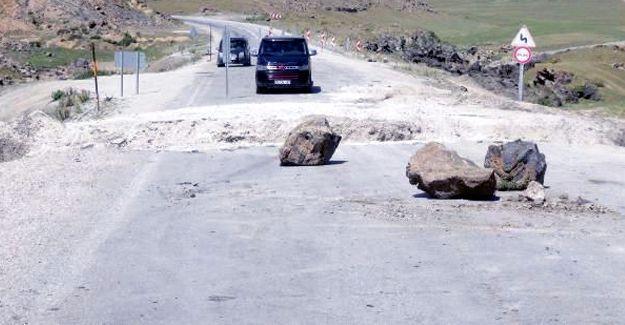Doğubayazıt-Çaldıran yolu 'hendek' kazılarak Valilik tarafından ulaşıma kapatıldı
