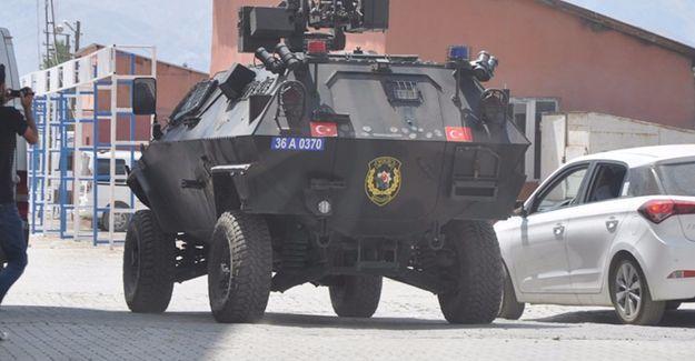 Yüksekova'da polis aracına saldırı