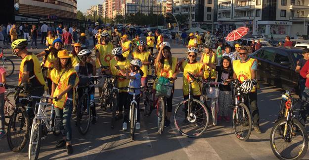 Aralarında Başak Demirtaş'ın da bulunduğu eğitimcilerden 'pedal' eylemi