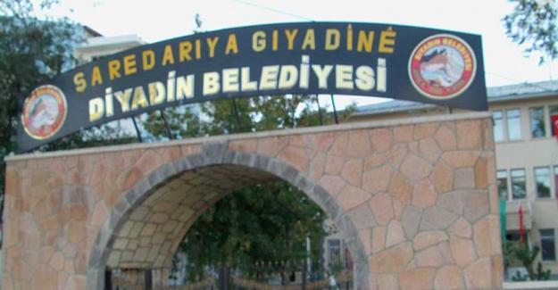 Diyadin Belediyesi'nin indirilen Kürtçe tabelası yeniden asıldı