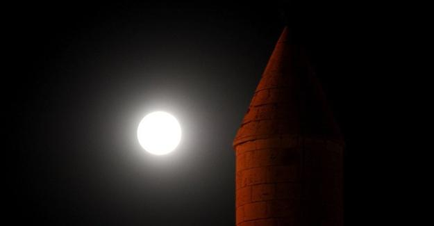 Parçalı Ay tutulması bu yıl son kez görüldü