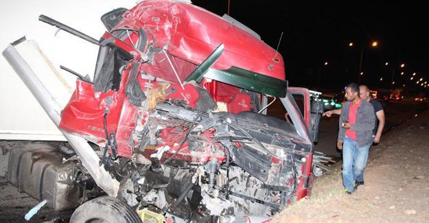 Suriyelileri taşıyan minibüs, TIR'la çarpıştı: 31 yaralı