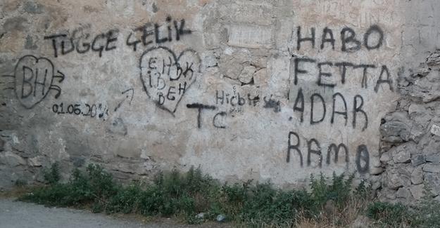 Tarihi Harput Kalesi duvarlarını yazı tahtasına çevirdiler