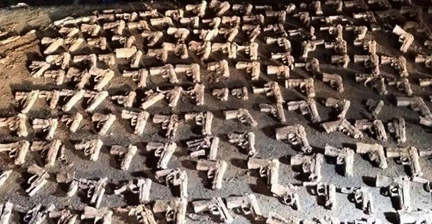 Üsküdar'da toprağa gömülü çoğu kurusıkıyüzlerce silah bulundu