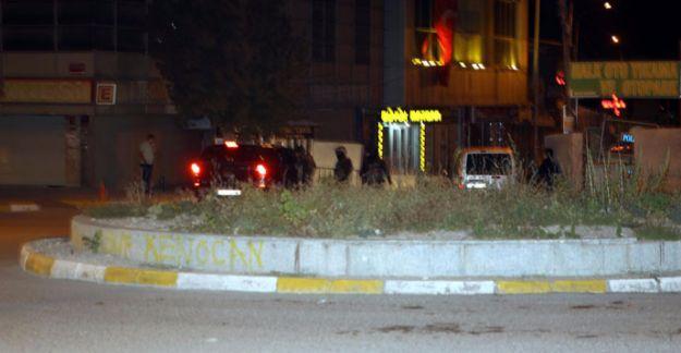Van'da AKP il binası önündeki polis noktasına saldırı