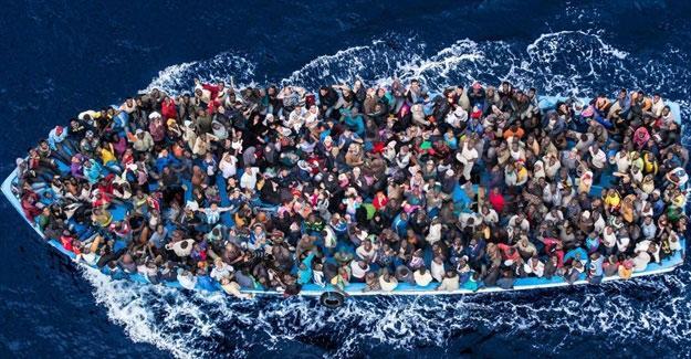 Yüzlerce mülteciyi taşıyan tekne battı