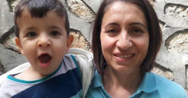 'Anne sütüyle beslenme zorunluluğu' bulunan bebek günde 3 defa emniyete götürülüyor