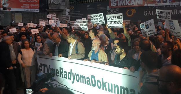 Taksim'de karartmalara tepki: #TVmeRadyomaDokunma