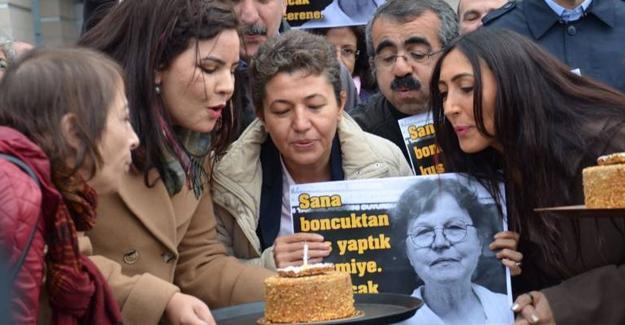 Adliye önünde Necmiye Alpay'ın 70. yaşını kutladılar