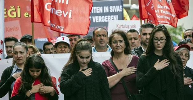 """Alevilerden Köln'de """"Türkiye'de demokrasi, barış ve özgürlük"""" sloganı"""