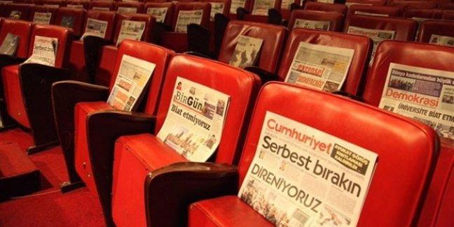 Ankara Sanat Tiyatrosu izleyicilere gazete dağıttı: Baskılara seyirci kalmayacağız
