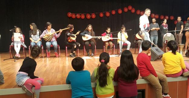 Çocuklar Kürtçe şarkı söyleyince MHP'li belediye görevlileri sesi kesti!