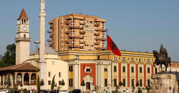 Fethullah Gülen okullarında Türk bayrağı indirildi