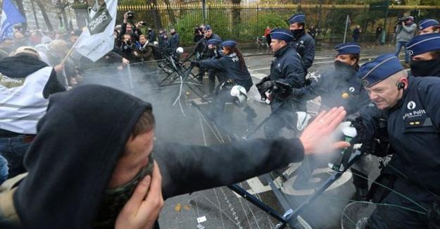 Polisten gösteri yapan askerlere gazlı müdahale