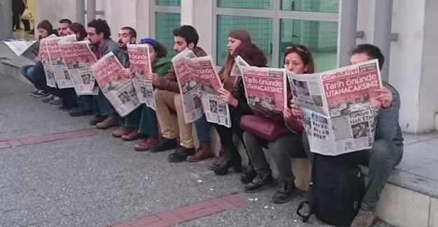 Sokakta Cumhuriyet Gazetesi okuyarak protesto